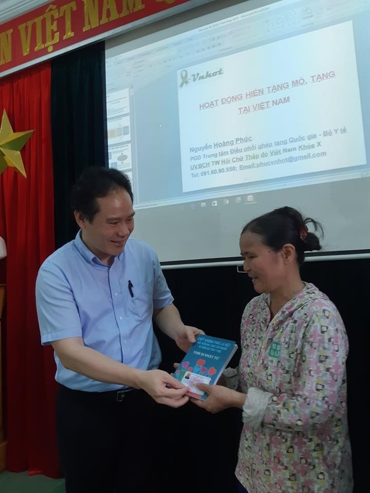 Người phụ nữ Ninh Bình gây xúc động khi tranh thủ đi đăng ký hiến tạng