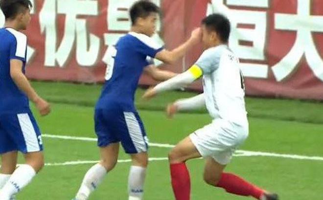 Cầu thủ U17 Hà Nội đấm rách mí mắt cầu thủ Trung Quốc