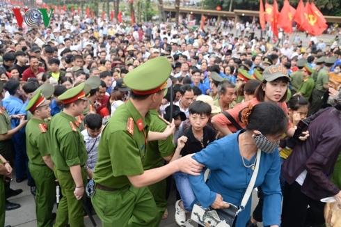 Hàng vạn người đổ về dâng hương, đền Hùng đông chưa từng thấy660