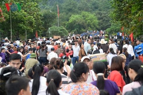 Hàng vạn người đổ về dâng hương, đền Hùng đông chưa từng thấy