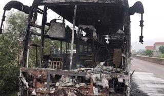 Xe giường nằm bốc cháy dữ dội, hành khách hoảng loạn tìm cách thoát thân