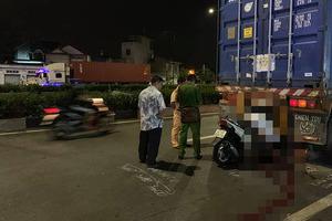 Thanh niên tử vong trong tư thế ngồi trên xe máy sau khi tông vào đuôi xe container