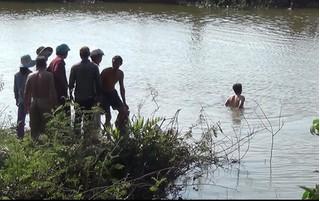 Con bạc thiệt mạng khi bơi qua sông chạy trốn công an