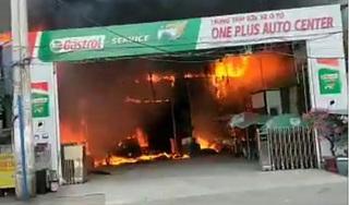 Cháy lớn tại gara ô tô, nhiều xe bị thiêu rụi
