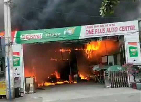 Cháy lớn tại gara ô tô, nhiều ô tô bị thiêu rụi