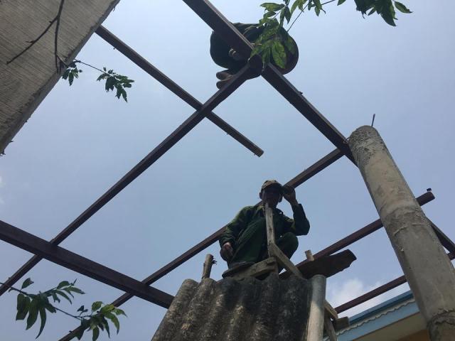 Quảng Bình: Lốc xoáy, mưa đá càn quét, hàng chục căn nhà bị tốc mái2