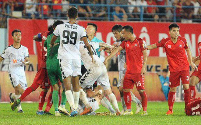 CĐV Hải Phòng vây xe, quát nạt đội Đà Nẵng sau trận đấu