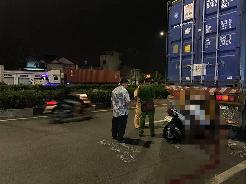Nam thanh niên đâm thẳng vào đuôi xe container, tử vong trong tư thế gập người