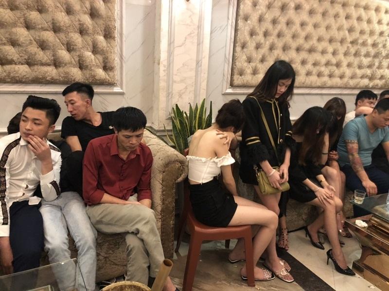 Các đối tượng nam nữ bay lắc điên cuồng tại quán karaoke Ngọc Hà.