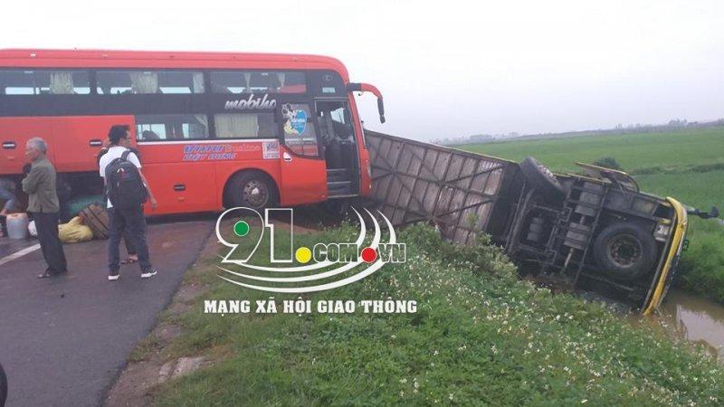 Hiện trường vụ tai nạn liên hoàn, xe khách lao đầu xuống ruộng lật nghiêng. Ảnh MXH Giao Thông.