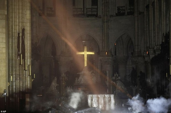 Hình ảnh đầu tiên sau vụ hỏa hoạn Nhà thờ Đức Bà Paris khiến nhiều người ngỡ ngàng