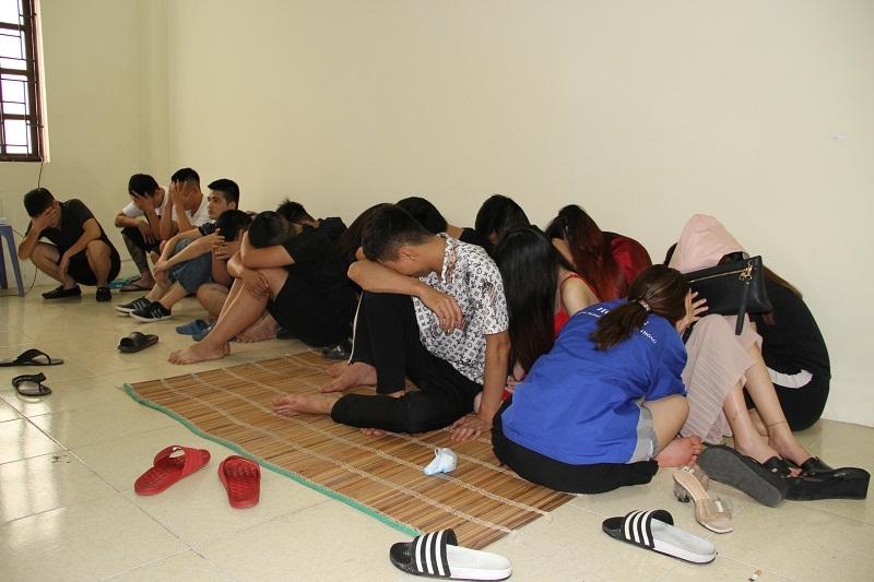 17 nam nữ nghi sử dụng ma túy trong quán karaoke được đưa về trụ sở công an.