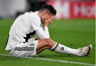 Juventus bị Ajax loại cay đắng, Ronaldo gục xuống sân khóc nức nở