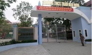Học sinh lớp 8 bị thương nặng khi rơi trên tầng cao xuống sân trường
