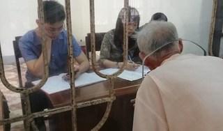 Người quay cảnh dân chui qua lỗ làm việc ở Nam Định nói gì khi clip bị cho là dàn dựng?
