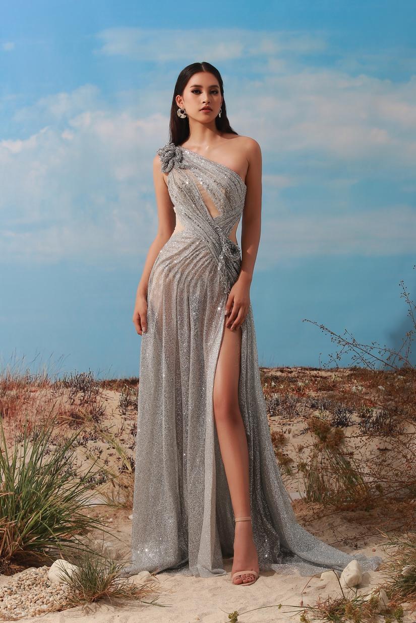 Hoa hậu Tiểu Vy quyến rũ, khoe chân thon dài