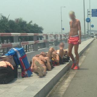 Nhóm du khách nước ngoài nằm 'phơi nắng' ở sân bay Nội Bài gây tranh cãi