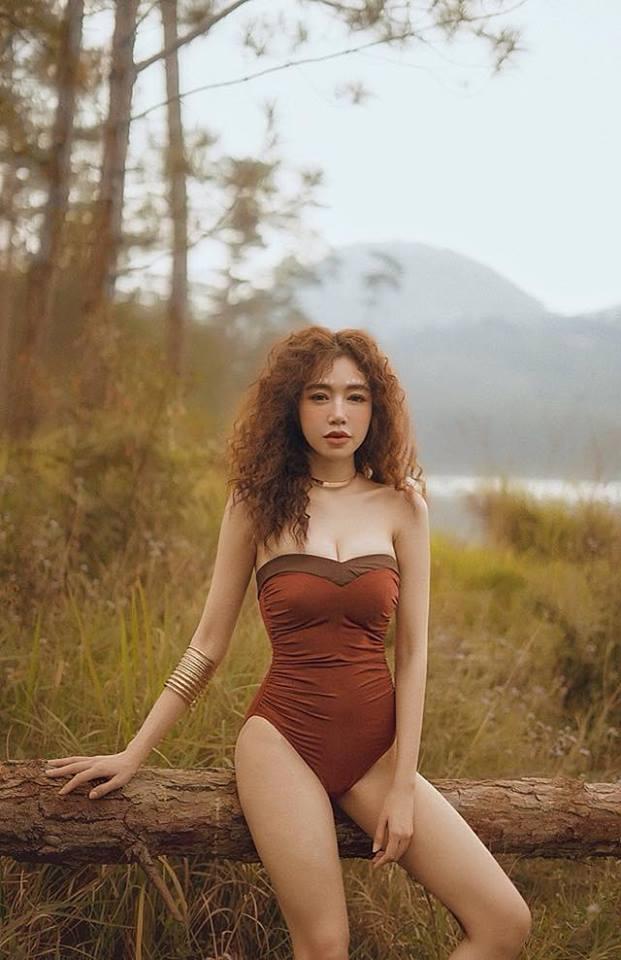 Elly Trần nóng bỏng, sexy giữa núi rừng hoang vu