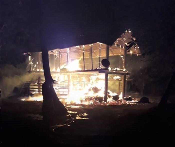Đám cháy cũng thiêu rụi căn nhà sàn 40 m2 cùng toàn bộ tài sản trong nhà và 3 con bò cột phía dưới.