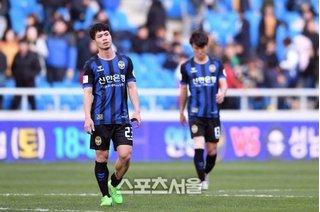 Fanpage Incheon United: Công Phượng phải rời trận gặp Cheongju vì chơi cá nhân