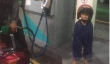Hình ảnh bé trai mặc áo mưa 'bá đạo' khiến cư dân mạng không thể nhịn cười