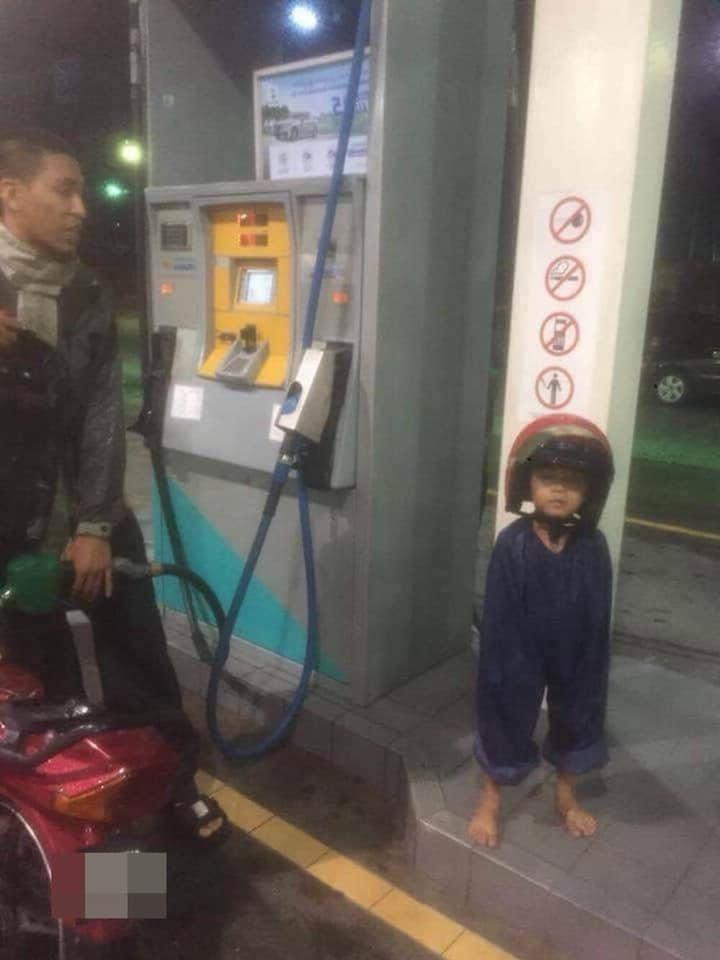 Hình ảnh bé trai mặc áo mưa bá đạo khiến cư dân mạng không thể nhịn cười
