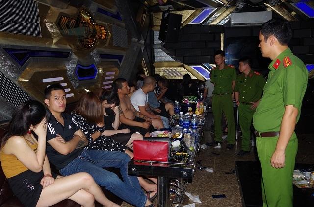 Phát hiện 37 đối tượng nam, nữ đang bay lắc trong quán karaoke