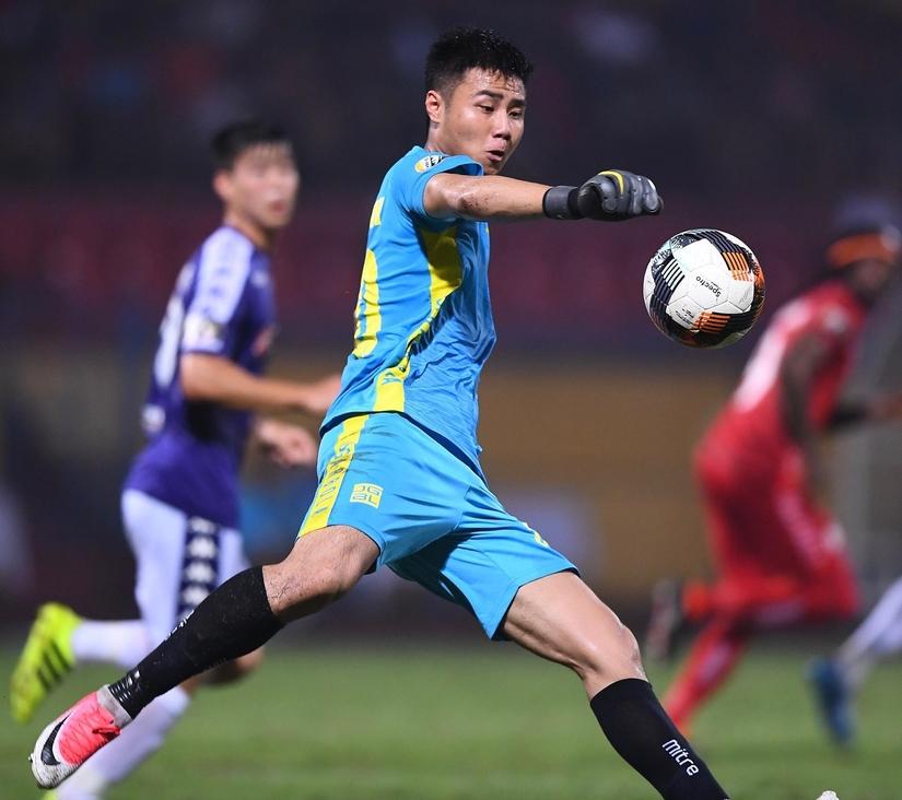 Thủ môn Nguyễn Văn Toản được dự báo là đối thủ nặng ký của Bùi Tiến Dũng ở SEA Games 30