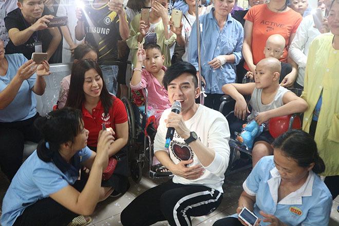 Đan Trường cùng học trò Trung Quang hát ở bệnh viện K