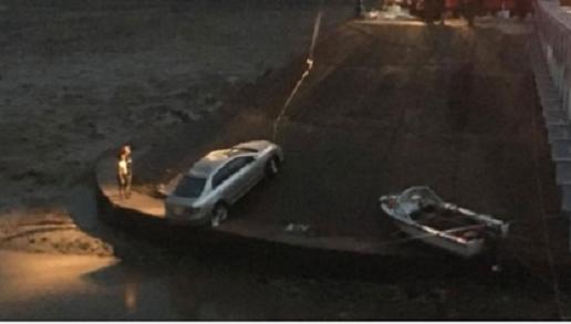 Tài xế Toyota say rượu lùi xe 'nhầm'... xuống sông
