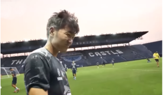 Lương Xuân Trường bị các đồng đội 'vùi dập' trong tiệc sinh nhật của thủ môn Siwarak
