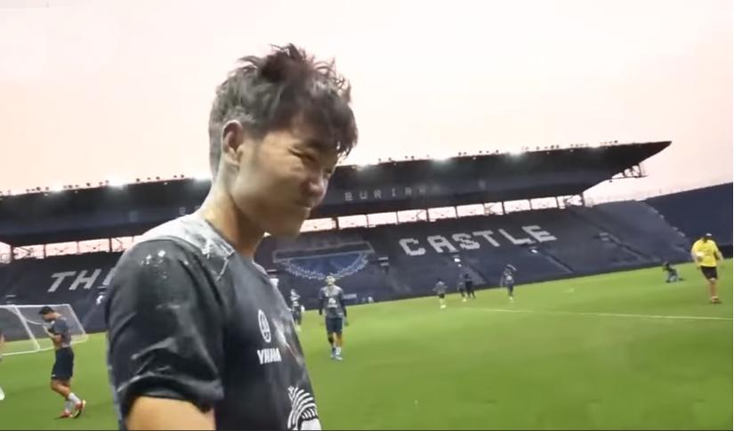 Lương Xuân Trường bị các đồng đội vùi dập trong sinh nhật của