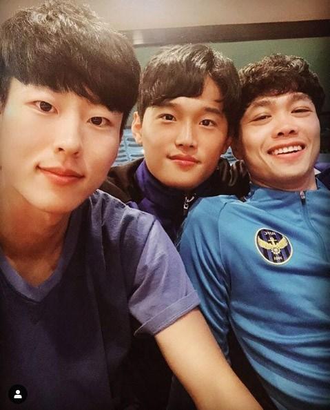 Tiền đạo Công Phượng bên các đồng đội ở Incheon