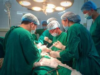 Người đàn ông được chuyển đến bệnh viện với chiếc kéo đâm thấu ngực
