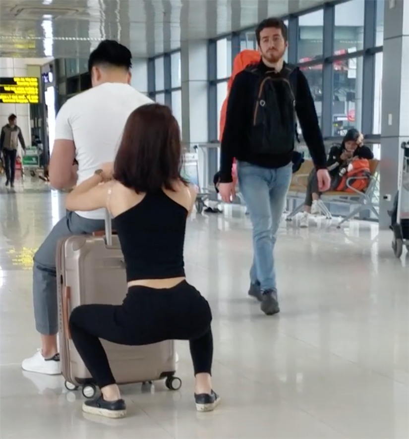 Clip: Cặp đôi hồn nhiên squat, tập gym ngay tại sân bay Nội Bài