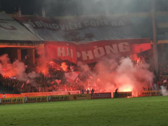 Hà Nội FC bị 'treo sân', phạt 70 triệu vì để CĐV Hải Phòng đốt pháo sá