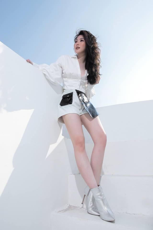 Hương Tràm mặc quần ngắn khoe đôi chân dài miên man