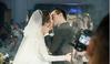 CLIP: NSND Trung Hiếu hôn vợ trẻ đắm đuối trước 1000 quan khách trong đám cưới lần 3
