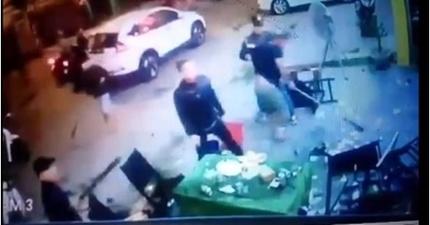 Hàng chục côn đồ vác mã tấu truy sát người, đập phá tiệm cầm đồ