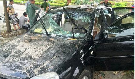 Nam thanh niên đập vỡ kính ô tô đỗ bên đường rồi chui vào trong xe cố thủ