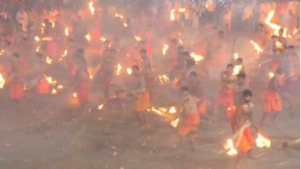 Hàng trăm đàn ông Ấn Độ cởi trần, ném lửa vào nhau như 'hỏa chiến'