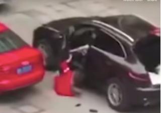 Gã trai nhà giàu lái Porsche chèn qua người bạn gái sau khi cãi vã