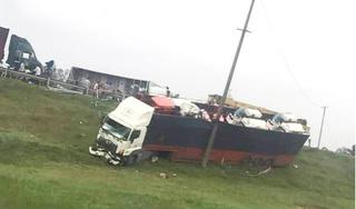 Hiện trường vụ 3 xe container và 1 xe tải tông nhau liên hoàn ở Nghệ An