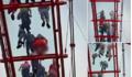 Khách du lịch lo sợ vì bị chụp lén từ dưới lên khi đi ngang cầu kính Mộc Châu