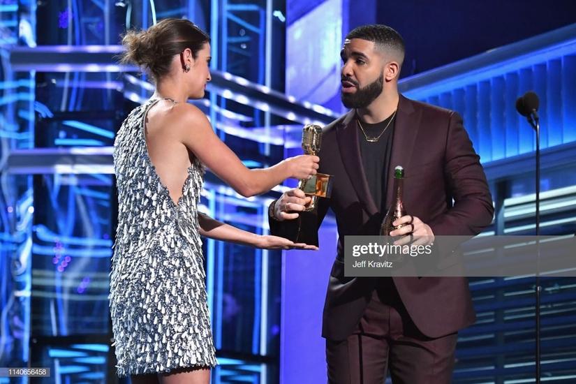 Ngôi sao Hollywood diện đầm xẻ ngực của Công Trí lên thảm đỏ Billboard Music Awards 2019