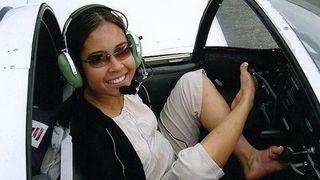 Kì lạ người phụ nữ không tay vẫn làm phi công lái máy bay
