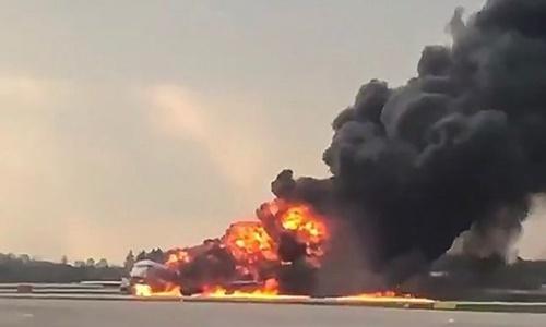 Máy bay Nga chìm trong lửa khi hạ cánh khẩn, 41 người chết