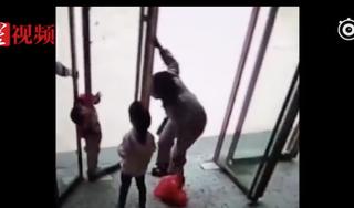 Chơi cạnh cửa kính xoay, bé trai bị mắc kẹt và tử vong thương tâm