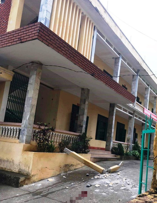 Hòa Bình: Cột bê tông trang trí rơi xuống sân trường, 2 học sinh chấn thương