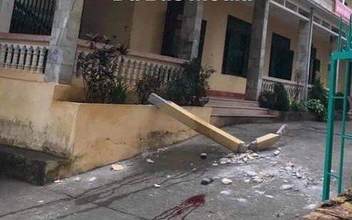 Hiện trường cột bê tông rơi trúng hai học sinh.
